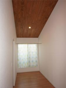 勾配天井 静岡 塗り壁 杉 オーダー 建具 名古屋モザイク タイル 漆喰 自然